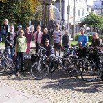 Ausgerüstet mit Rucksack, Kescher, Fahrrad und guter Laune machte sich die Gruppe vom Olper Geschichtsbrunnen aus auf nach Neuenkleusheim