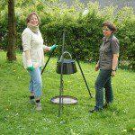 Die ausgebildeten Wildkräuter- und Heilpflanzenpädagoginnen Petra Knoop (l.) und Cornelia Roggenkamp gaben viele Tipps rund um die heimischen Kräuter.