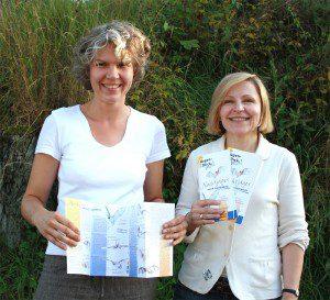 """Mit dem neuen Mitläufer informieren Sandra Schulte-Braun (l.) und Sabine Melzer-Baldus über die Fledermäuse, die im Kreis Olpe immer mehr """"Fans"""" bekommen."""