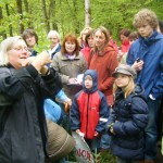 Marianne Frielingsdorf (l.) zog die Teilnehmer der zweistündigen Kräuterwanderung durch die Kreisstadt Olpe in ihren Bann.