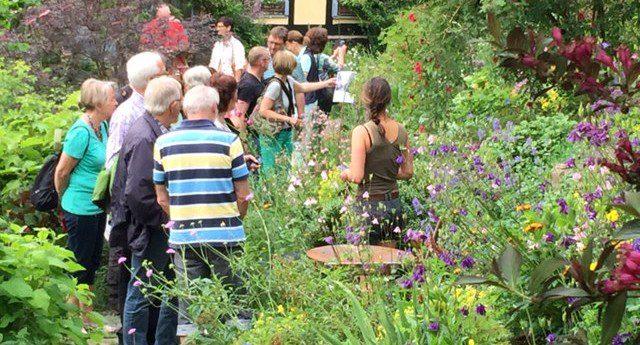 Mit Olpe biologisch auf Gartenbesichtigung: Ommertalhof zeigt sich von bester Seite